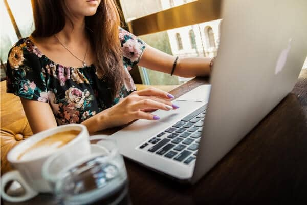 Anlita en frilansande copywriter för att få hjälp med professionella texter